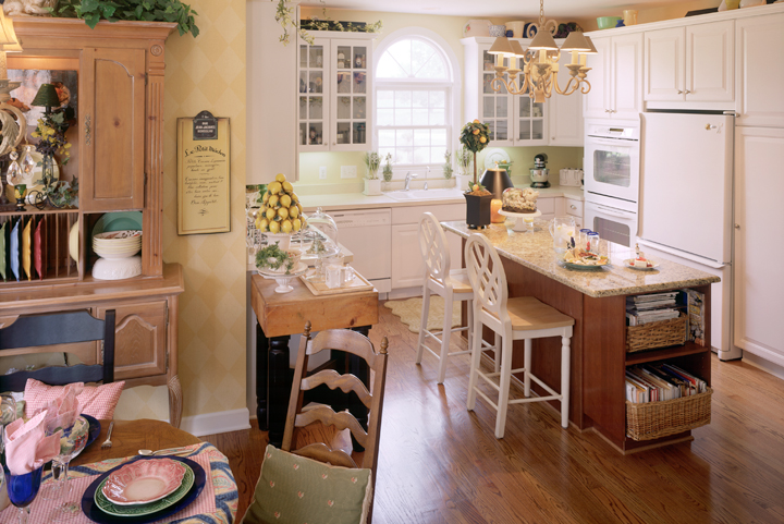 Kitchen with white painted cupboards, snack bar and breakfast nook