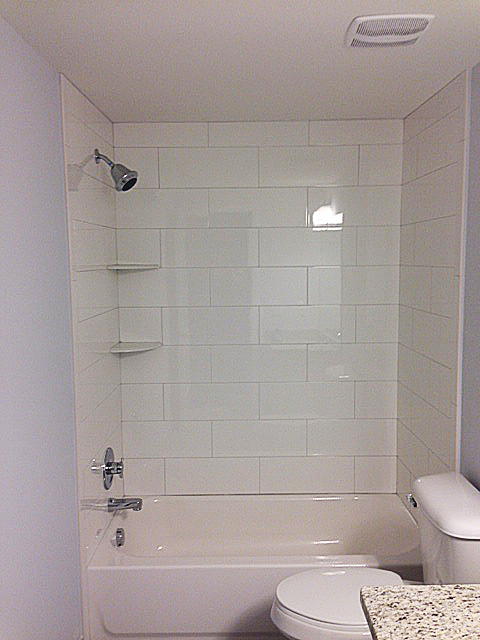 Tub unit with tile surround in brick pattern